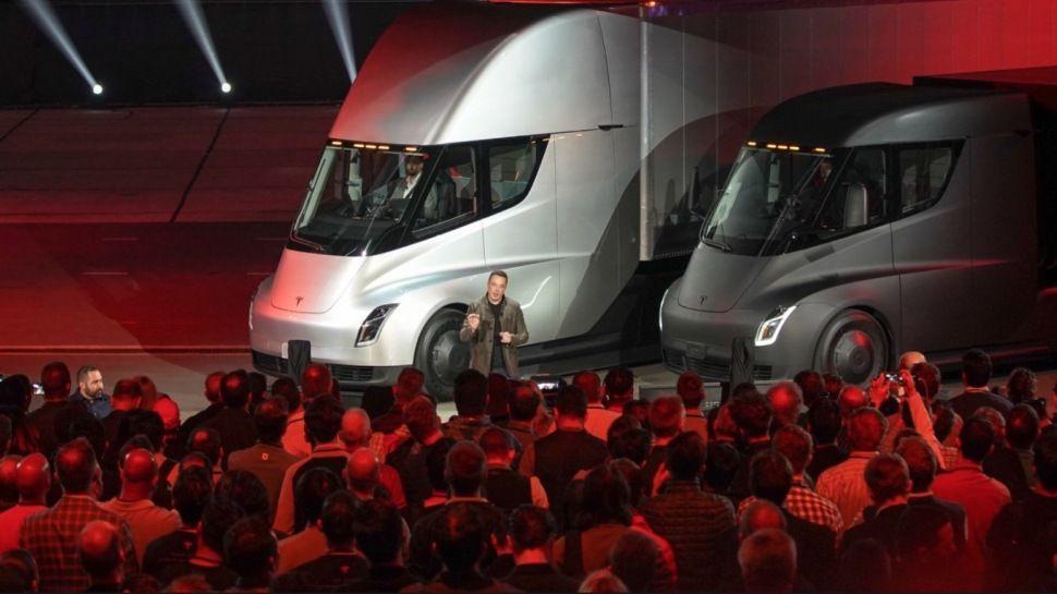 Tesla presenta su nuevo camión eléctrico.